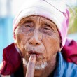 PAI, THAILAND - FEB 3: Unidentified Lahu tribe senior man plays — 图库照片
