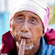 PAI, THAILAND - FEB 3: Unidentified Lahu tribe senior man plays — Stockfoto