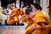 CHIANG MAI, THAILAND - FEBRUARY 4: Buddhist monks praying on eve — Stock Photo