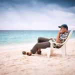 hombre pensativo cerca de la playa — Foto de Stock