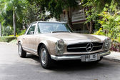 HUA HIN - DECEMBER 19: Beige Mercedes on Vintage Car Parade 2009 — Stock Photo