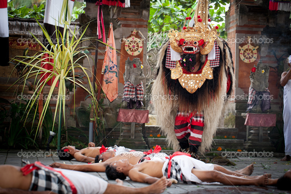 BATUBULAN, BALI, INDONESIA- JUNE 23: Unidentified men dance for turist at the weekly  Barong Dance, the traditional balinese perfomance on June 23, 2011 in Batubulan, Bali, Indonesia. — Stock Photo #9320447
