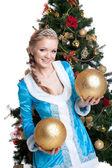 Sexy kerst meisje glimlach en houd gouden ballen — Stockfoto