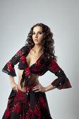 Ritratto di donna giovane carina in costume da zingara — Foto Stock