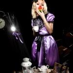 Alice in wonderland eat cake — Stock Photo