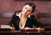 Joven empresaria trabajando con documentos — Foto de Stock
