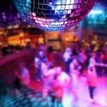 Dancing under disco mirror ball — Stock Photo