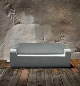 камень диван деревянный пол — Стоковое фото