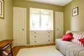 Grüne schlafzimmer mit weißen türen und kommode. — Stockfoto