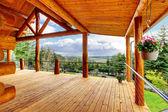 Belle vue sur le porche de maison cabane en rondins. — Photo