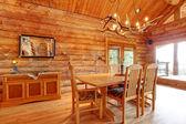 Cabane en bois rond intérieur de salle à manger. — Photo