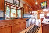 Grande cozinha lof cabana casa interior. — Foto Stock