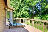Balcone con estate cortile con alberi di pino — Foto Stock