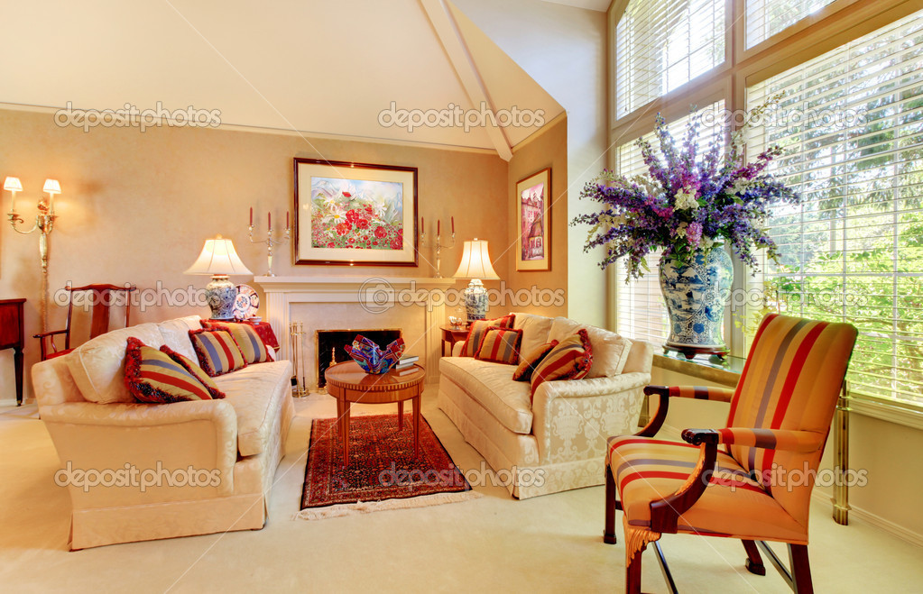 Lujo elegante salón con chimenea y ventanal — Fotos de Stock ...