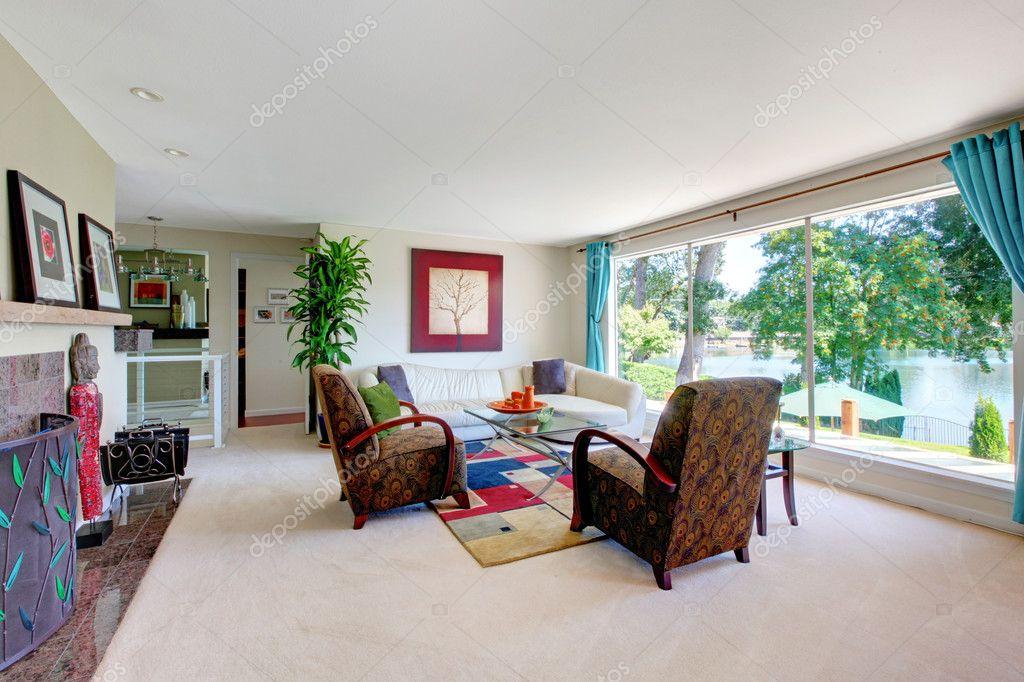 Moderno amplio living comedor con ventanal y chimenea — Fotos de ...