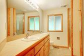 Nieuwe badkamer met maple hout — Stockfoto