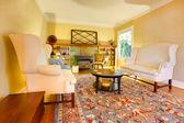 Luxus gold-wohnzimmer mit zwei weißen sofas — Stockfoto