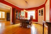 Clássica vermelha sala com móveis antigos — Foto Stock