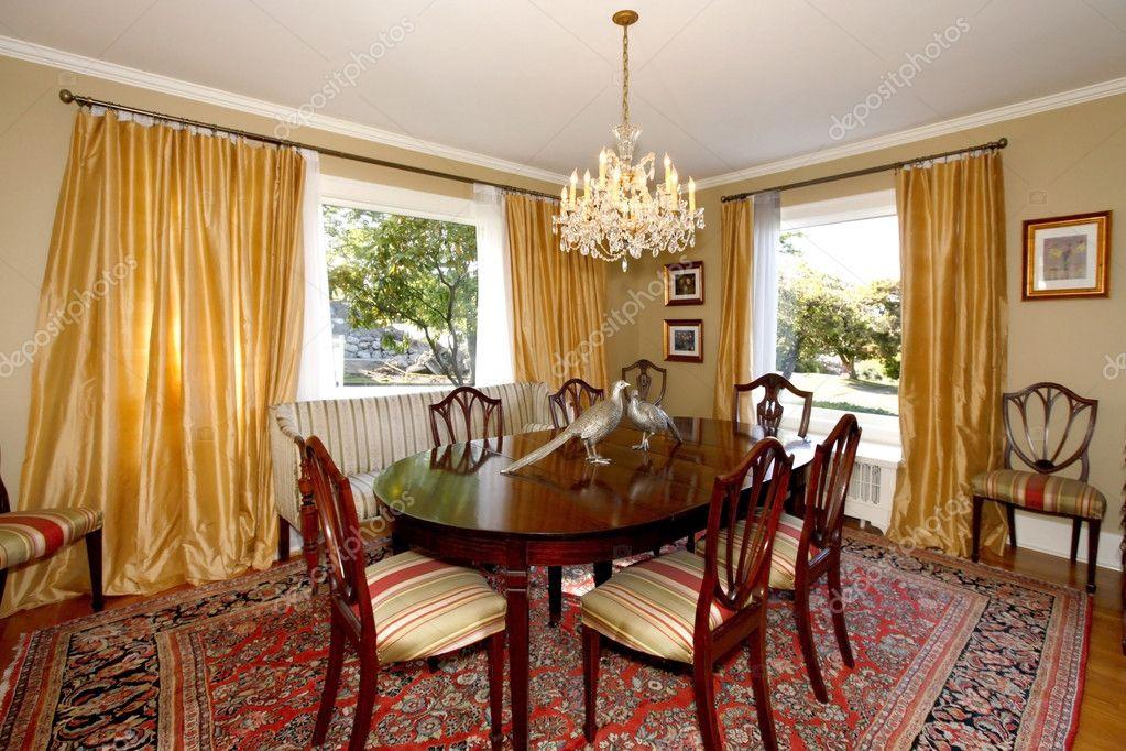 wohn esszimmer mit gelben vorh nge und gr ne w nde stockfoto iriana88w 8875875. Black Bedroom Furniture Sets. Home Design Ideas
