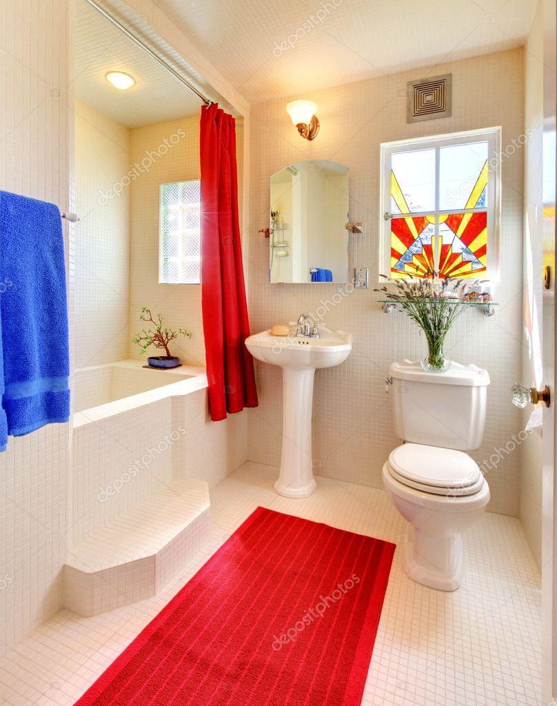 Blanco y rojo hermoso cuarto de baño moderno — fotos de stock ...
