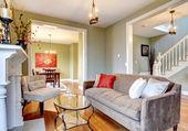Linda verde elegante sala de estar com lareira e sofá marrom. — Foto Stock