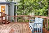后面的房子甲板与蓝色长椅. — 图库照片