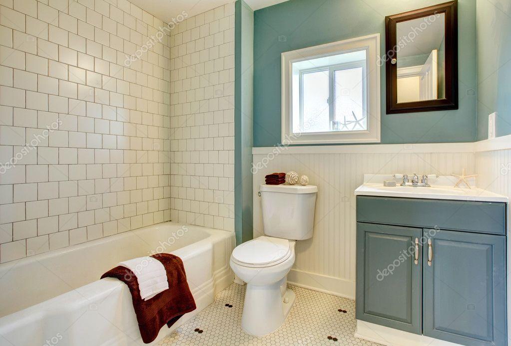 Nuovo ristrutturato bagno blu con piastrelle bianche classiche ...