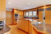 Large luxury modern wood kitchen with granite counter tops. — Foto de Stock