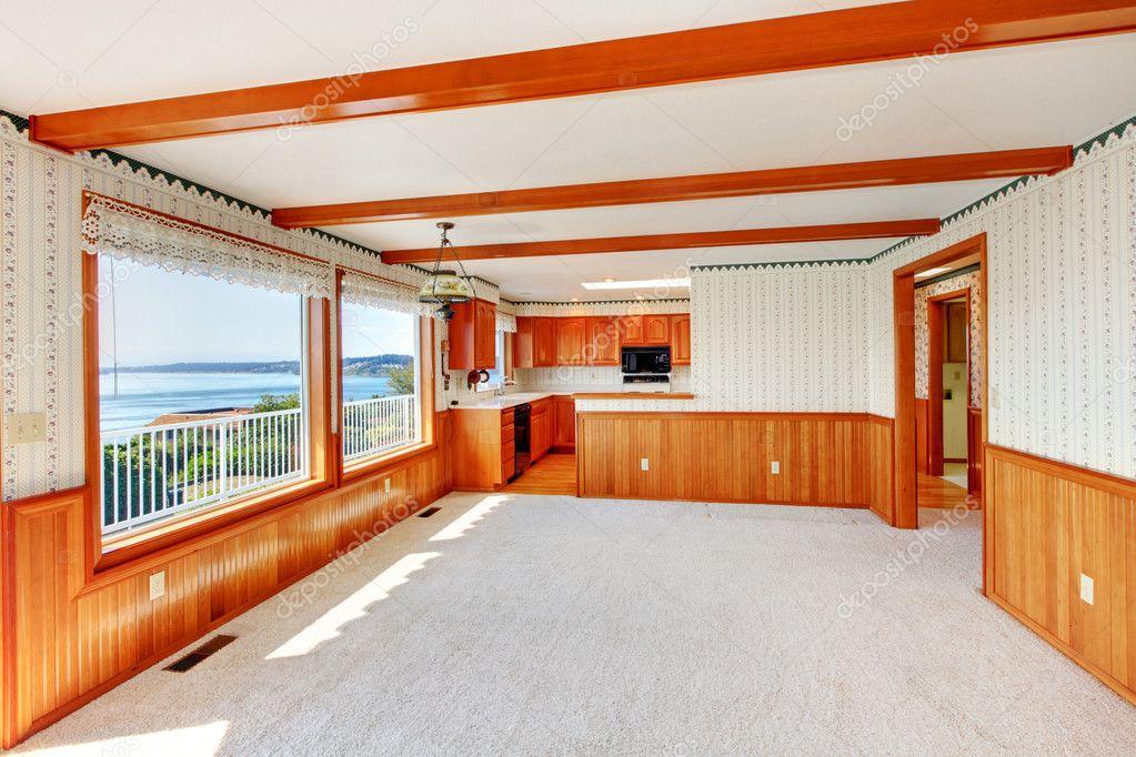 Grote woonkamer met hout trim en keuken bekijken — stockfoto ...