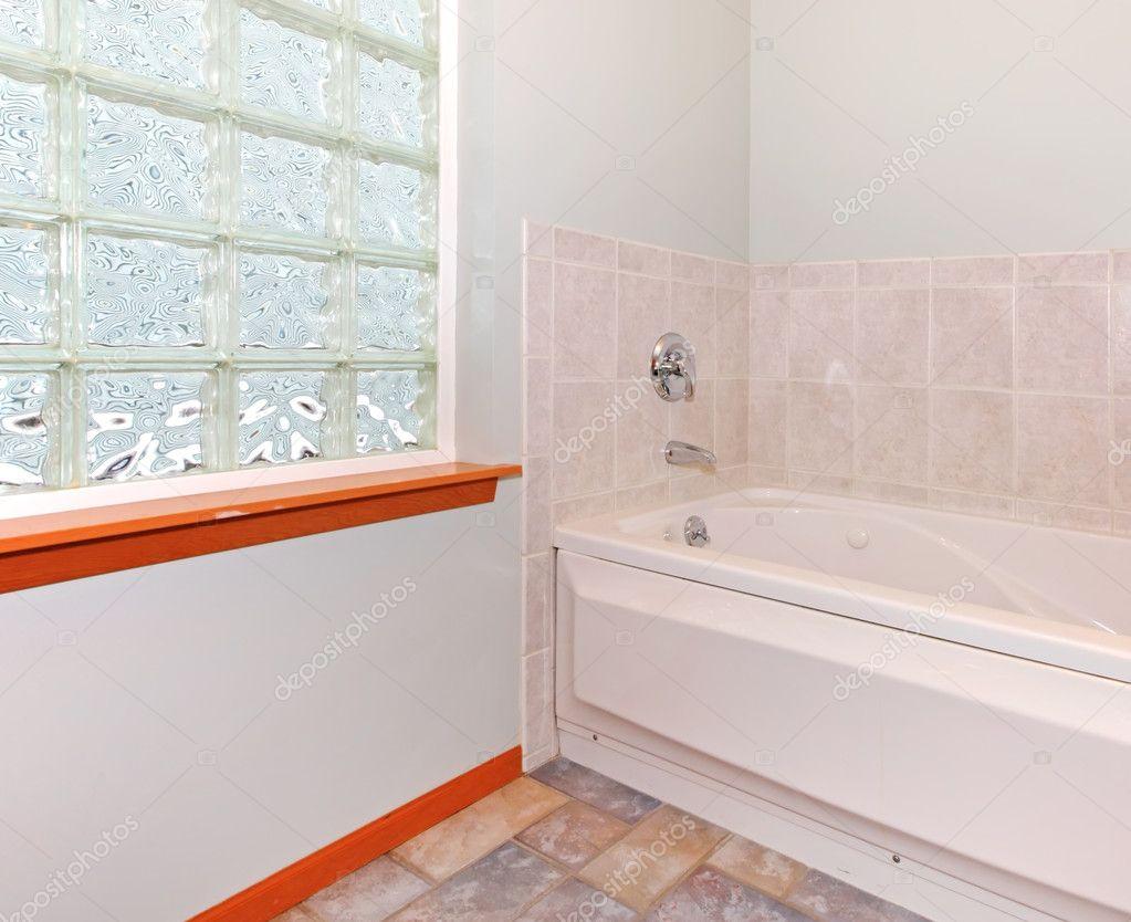 nouveau coin salle de bain avec fen tre de bloc de verre et baignoire photographie iriana88w. Black Bedroom Furniture Sets. Home Design Ideas