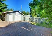 Achtertuin omheind met garage en verharde parkeerruimte. — Stockfoto