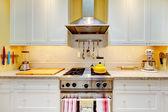 Soba ve başlık ile beyaz mutfak dolapları. — Stok fotoğraf