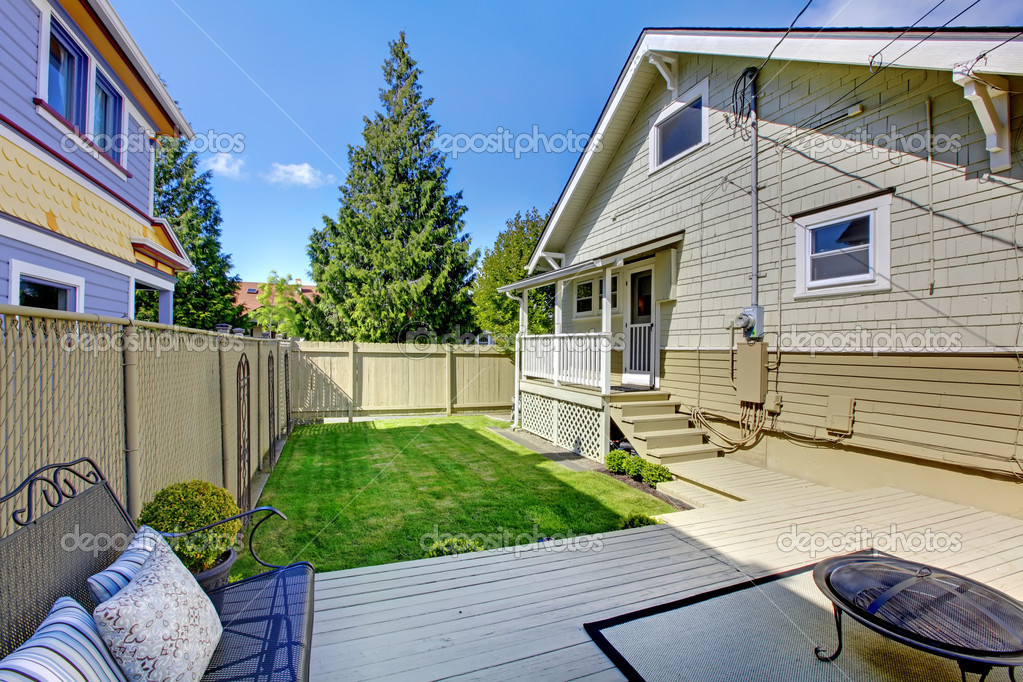 Beautiful spring back yard with beige house and deck. — Stock Photo #9654532