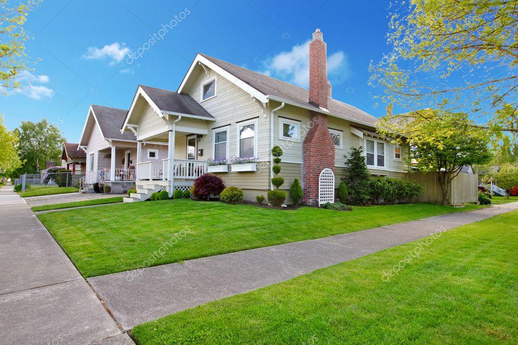 Ext rieur de belle petite maison am ricaine photographie for Jardin a l americaine
