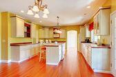 Oro cocina con gabinetes antiguos blancos. — Foto de Stock