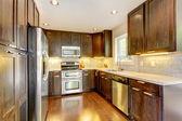 Moderne luxe nieuwe donkere bruine en witte keuken. — Stockfoto