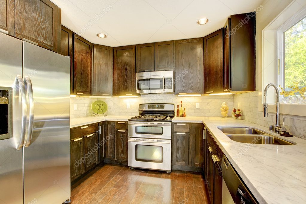 Moderne luxe nieuwe donkere bruine en witte keuken — stockfoto ...