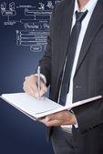Podnikatel psát na notebooku s webovou službou. — Stock fotografie