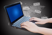 Mano empujando el teclado del ordenador portátil con red social de correo. — Foto de Stock