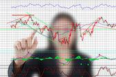 Lady business spingendo il grafico di finanza per la borsa di commercio sulla lavagna. — Foto Stock