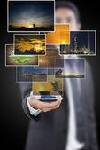 Empresário colocar celular com imagens. — Fotografia Stock