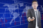 Empresário colocar celular com gráfico de finanças. — Fotografia Stock