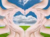 Láska srdce se ručně v přírodě. — Stock fotografie