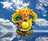 蓝蓝的天空领域中国风格龙雕像. — 图库照片