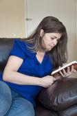 İspanyol kadın İncil okuma — Stok fotoğraf