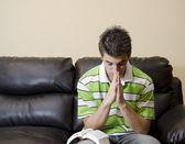 Nastolatek posiadające dewocjonalia chirstian — Zdjęcie stockowe