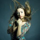 Мода портрет красивой женщины с потоковым волос — Стоковое фото