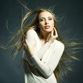 髪をストリーミングと美しい女性のファッションの肖像画 — ストック写真
