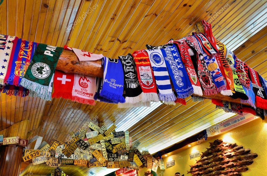 Bufandas de los clubes de fútbol y matrículas de coche decorar el techo de un bar\u2014 Foto de jorgefelix