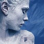 彼の顔に霜の美しい少女の肖像画 — ストック写真